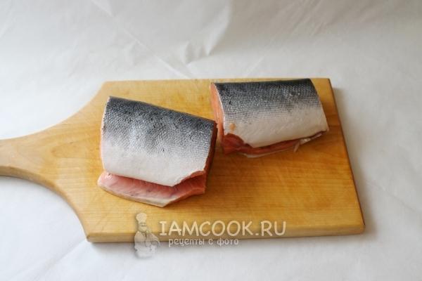 Порезать рыбу на куски