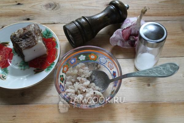 Измельчить чеснок с салом и солью