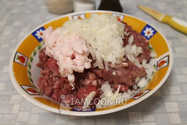 Соединить лук, чеснок, мясо и сало