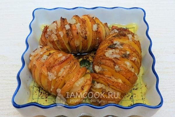 Готовая картошка-гармошка с салом в духовке