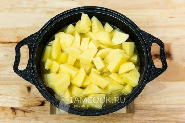 Добавить картофель и воду