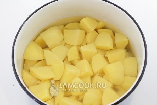 Положить картофель в кастрюлю с водой