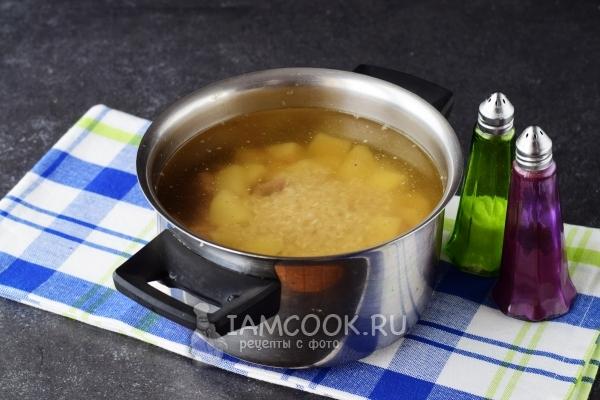 Положить рис и картофель