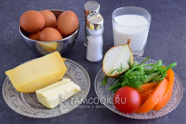 Ингредиенты для омлета с овощами на сковороде