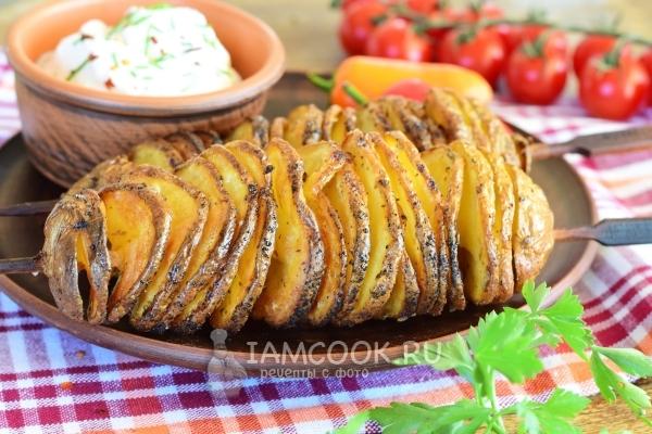 Картофель спиралью на шпажках в духовке