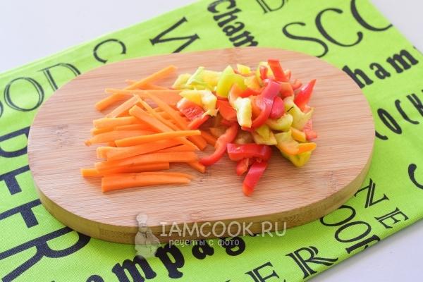 Порезать перец и морковь