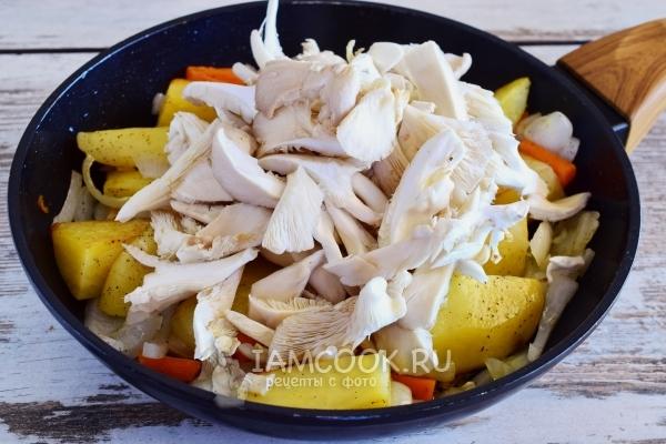 Положить грибы к овощам