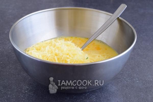 Положить тертый сыр