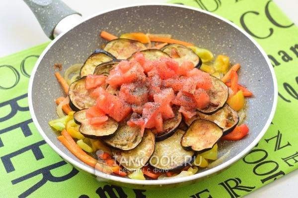Добавить помидоры, перец и соль