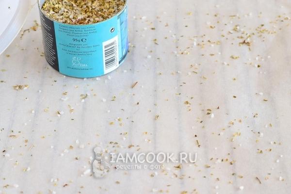 Посыпать бумагу для выпечки солью со специями