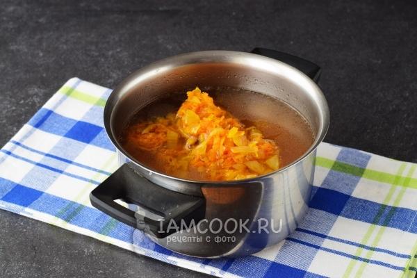 Положить зажарку в суп