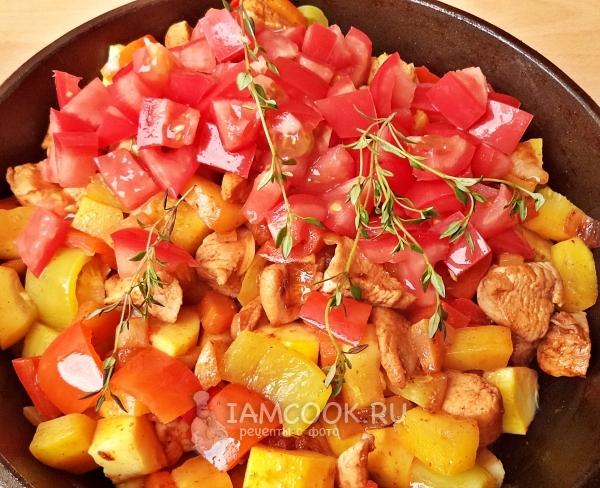 Добавить помидоры и веточки тимьяна