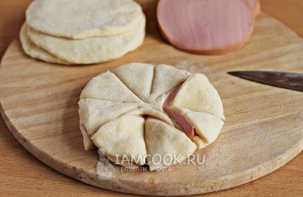 Положить колбасу в тесто