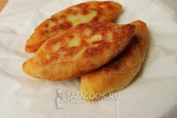 Готовые жареные картофельные пирожки с мясо