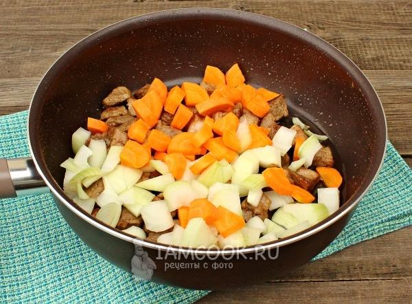 Добавить к мясу морковь и лук