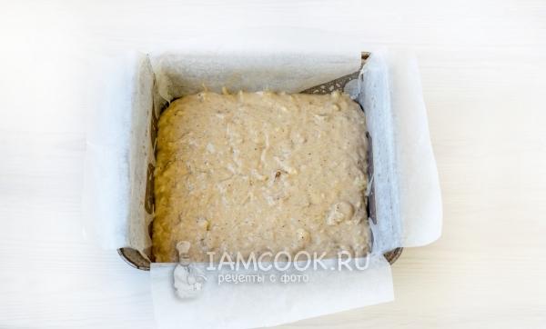 Положить тесто в форму