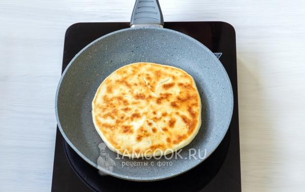 Пожарить лепешку с сыром