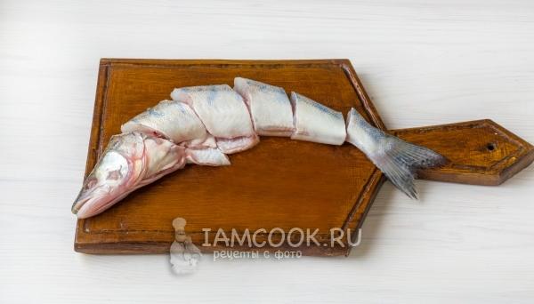 Порезать рыбу на кусочки