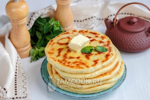 Фото лепёшек с сыром и зеленью на сковороде