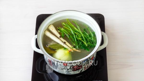 Добавить овощи и специи