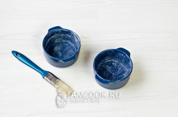 Смазать формочки маслом