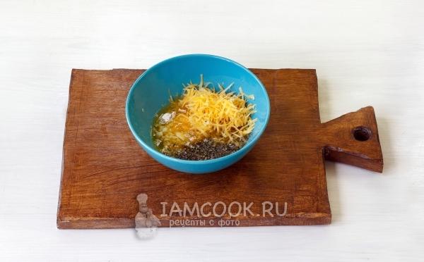 Соединить масло, сыр, чеснок, соль и перец