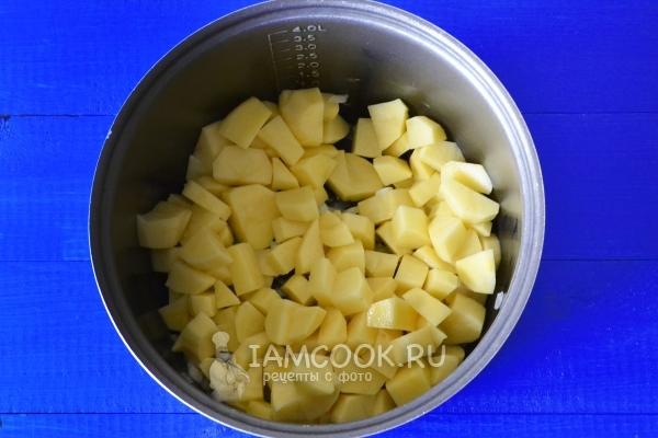 Положить картофель к луку