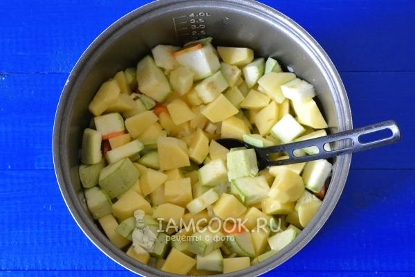 Размешать овощи с солью