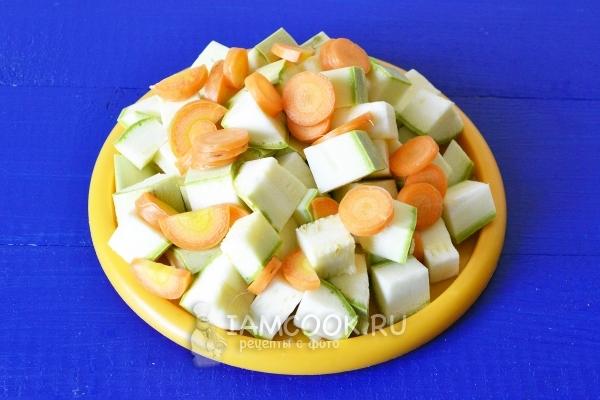 Порезать морковь и кабачки