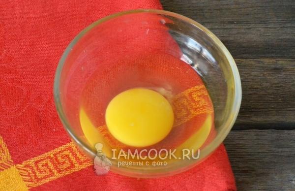 Вбить в миску яйцо