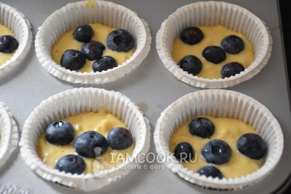Положить в формочки тесто и ягоды