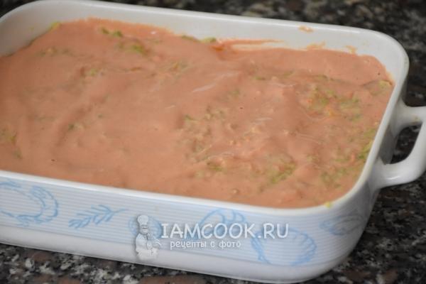 Смазать сметаной с томатной пастой