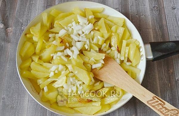 Положить лук к картофелю
