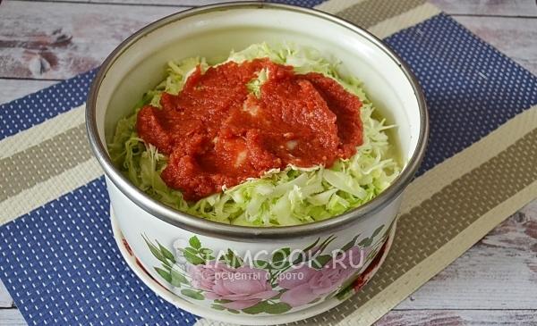 Положить томатную пасту