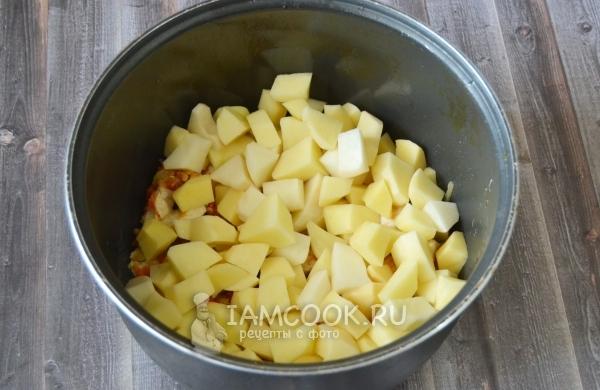 Положить картошку к курице