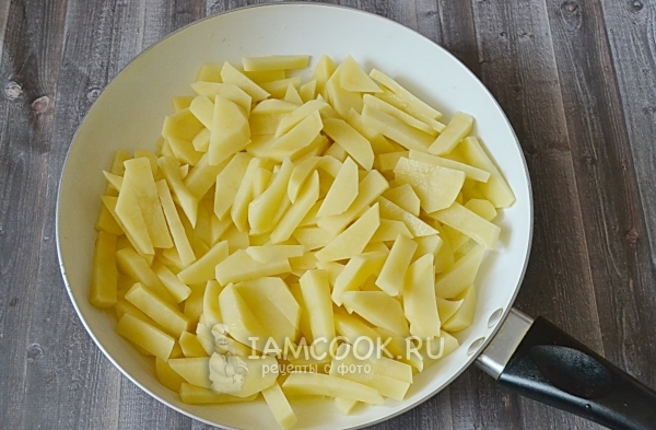 Положить картофель на сковороду