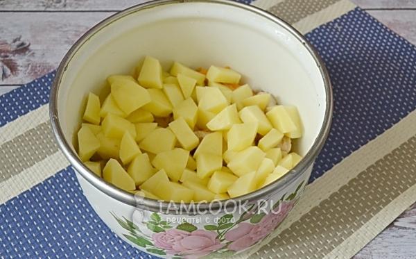 Добавить к мясу картофель