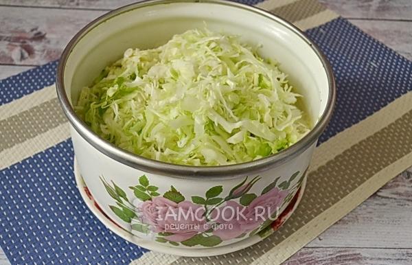 Положить капусту в кастрюлю