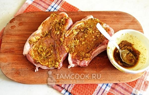 Смазать мясо маринадом
