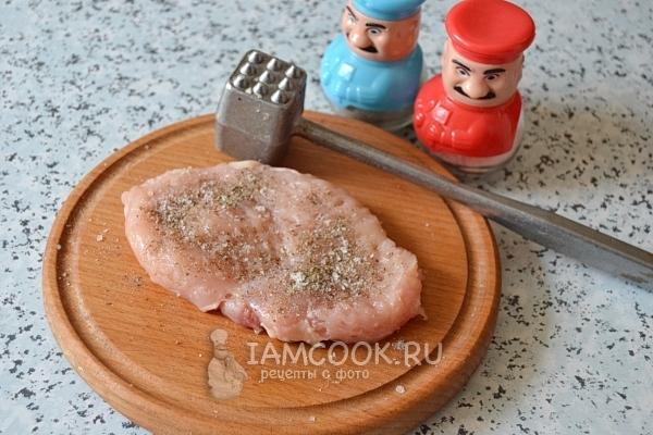 Посыпать мясо специями
