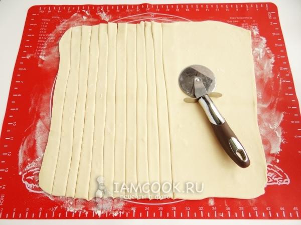 Порезать тесто на полоски