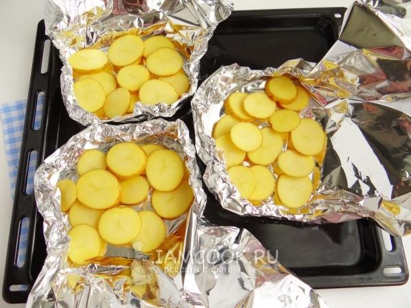 Положить картофель на фольгу