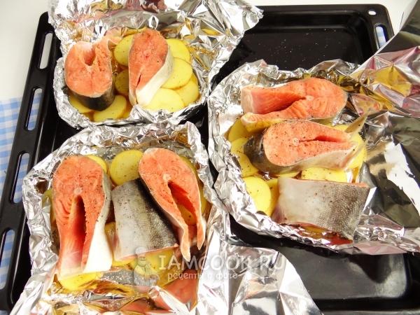 Положить на картофель рыбу