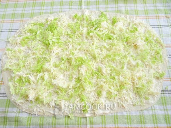 Посыпать сырками и капустой