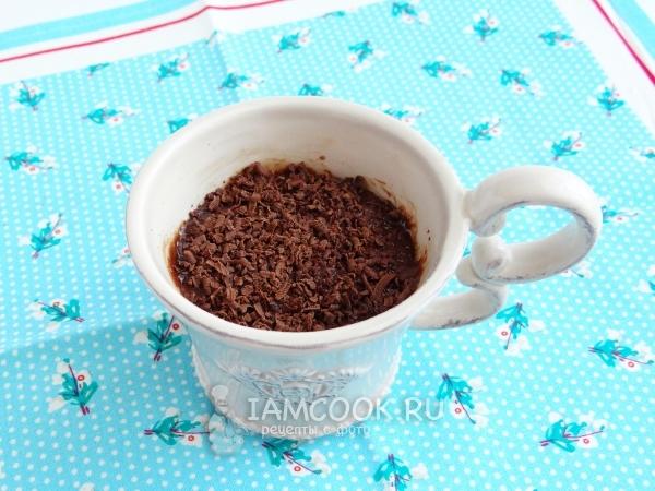 Посыпать тертым шоколадом