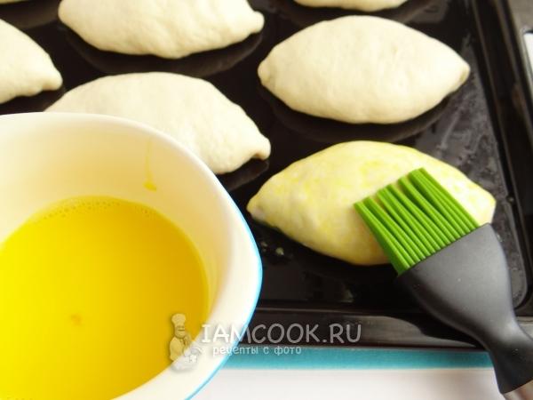 Смазать пирожки яйцом с молоком