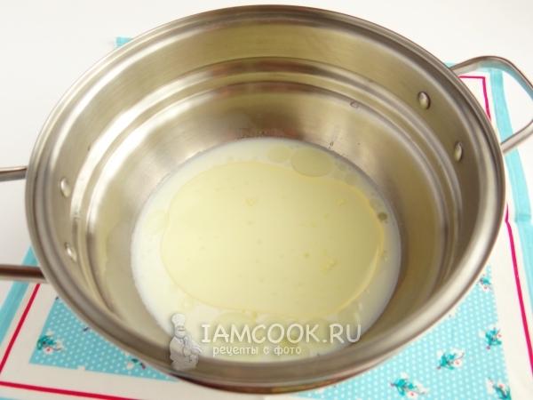 Влить молоко и масло