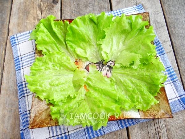 Положить на тарелку листья салата