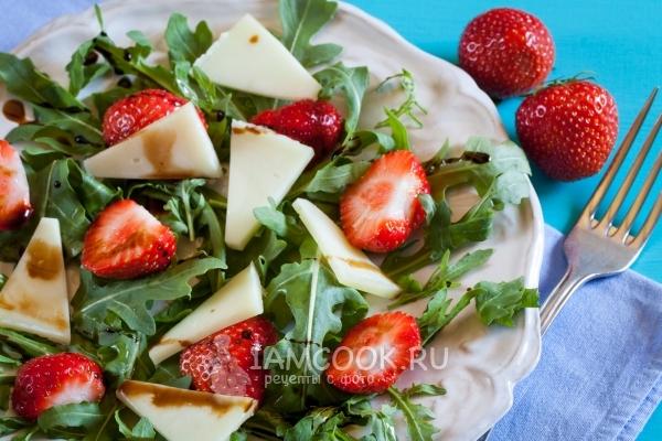 Фото салата с клубникой и рукколой