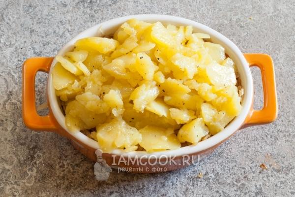 Положить сверху слой картофеля